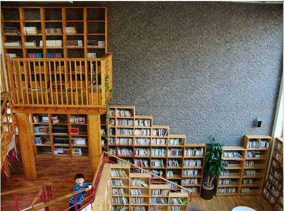 图书馆书架以靠墙摆放为主